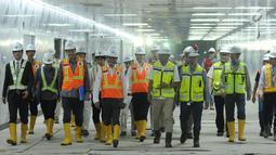 Menteri Luar Negeri Jepang Taro Kono (keempat kiri) saat meninjau perkembangan proyek kereta MRT di Stasiun Bundaran HI, Jakarta, Senin (25/6). Pembangunan MRT merupakan kerja sama Indonesia dan Jepang. (Liputan6.com/Helmi Fithriansyah)