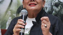 Christine Hakim memberikan keterangan saat konferensi pers film Boven Digoel, Jakarta, Senin (6/2).  Rencananya Film Boven Digoel bakal mulai tayang di bioskop pada 9 Februari 2017 mendatang. (Liputan6.com/Herman Zakharia)