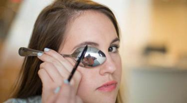 Ilustrasi makeup dengan sendok. (Purewow.com)