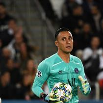 Kiper Paris Saint-Germain, Keylor Navas, turut membantu timnya menang 3-0 atas Real Madrid pada laga pertama Grup A Liga Champions di Parc des Princes, Rabu (18/9/2019). (AFP/MARTIN BUREAU)