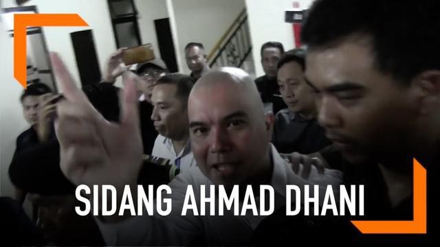 Ahmad Dhani datangi Pengadilan Negeri Surabaya untuk jalani sidang kedua kasus dugaan pencemaran nama baik. Ia sempat berkomentar terkait penahanannya sebelum masuk ke ruang jaksa.