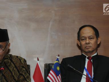 Ketua KPK Agus Rahardjo dan Chief Commissioner MACC, Datuk Sri Mohd Shukri bin Abdul memberi keterangan usai menandatangani perpanjangan MoU di gedung KPK, Jakarta, Senin (5/11). (Merdeka.com/Dwi Narwoko)