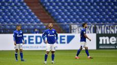 Pemain Schalke 04 tampak kecewa usai ditaklukkan Augsburg pada laga Bundesliga di Veltins-Arena, Minggu (24/5/2020). Augsburg menang dengan skor 3-0 atas Schalke 04. (AP/Martin Meissner)