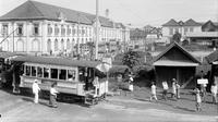 Trem uap ini beroperasi di Batavia sebagai angkutan massal pada periode 1915-1920. (Collectie Tropenmuseum-Wikimedia.org)