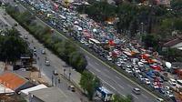 Kemacetan TolJORR arah Cikunir. (@jalantanah)