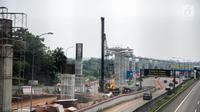 Kendaraan melintas di samping proyek Light Rail Transit (LRT) di sisi jalan Tol Jagorawi, Cibubur, Jakarta, Senin (13/8). Menurut Menhub progres fisik pengerjaan LRT di Cibubur sudah 40 persen. (Liputan6.com/Faizal Fanani)