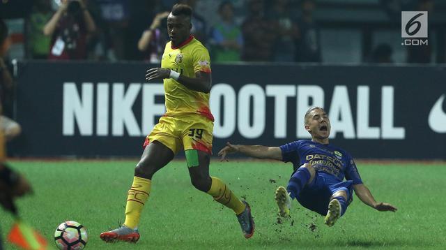 Pemain tengah Persib, Kim Jeffrey Kurniawan (kanan) terjatuih usai berebut bola dengan penyerang Bhayangkara FC Guy Junior dilanjutan Liga 1 di Stadion Patriot Candrabhaga, Bekasi, Minggu (4/6). Bhayangkara FC menang 2-0. (Liputan6.com/Helmi Fithriansyah)