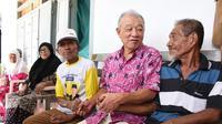 Yohei Sasakawa, Duta Eliminasi Kusta dari WHO, selalu menyempatkan diri untuk bercakap-cakap dan menyentuh para pasien kusta. (Foto: The Nippon Foundation/Natsuko Tominaga untuk Liputan6.com)