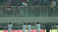 Pemain Timnas Indonesia U-23 melakukan penghormatan pada suporter usai melawan Korea Utara pada laga PSSI Anniversary Cup 2018 di Stadion Pakansari, Kab Bogor, Senin (30/4). Laga berakhir imbang 0-0. (Liputan6.com/Helmi Fithriansyah)
