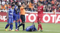 Bek Persija Jakarta, Ryuji Utomo, mendapat kartu kuning saat melawan Becamex Binh Duong pada laga Piala AFC di SUGBK, Jakarta, Selasa (26/2). Kedua klub bermain imbang 0-0. (Bola.com/M. Iqbal Ichsan)