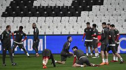 Para pemain Bayern Munchen melakukan pemanasan saat sesi latihan di Stadion Vodafone Park di Istanbul (13/3). Pada leg pertama Munchen menang besar 5-0 atas Besiktas di Jerman. (AFP Photo/Ozan Kose)