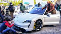 Dwayne 'The Rock' Johnson Tidak Muat Naik Porsche Taycan (Carscoops)
