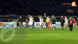 Meski menelan kalah tipis dari Persib, para pemain DC United tetap memberkan applaus kepada para ribuan bobotoh yang hadir di Stadion Si Jalak Harupat, Bandung (Liputan6.com/Helmi Fithriansyah).