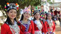 Ilustrasi Laos, para wanita mengenakan baju tradisional di Vientiane, Laos. (Photo by Molydar SOUAMA on Unsplash)
