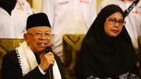 Calon wakil presiden nomor urut 01 Ma'ruf Amin (kiri) saat ngobrol santai bareng wartawan di rumahnya, Jakarta, Kamis (6/12). Ma'ruf juga menepis badannya semakin kurus karena sakit. (Merdeka.com/Imam Buhori)
