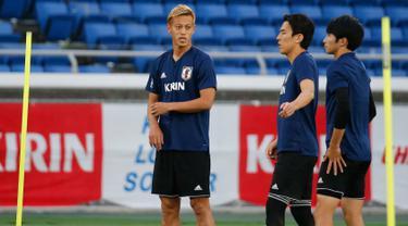 Gelandang Jepang, Keisuke Honda (kiri) bersama rekan-rekannya mengikuti sesi latihan di Yokohama, Jepang,  (29/5). Jepang akan menghadapi Ghana pada pertandingan persahabatana jelang bertanding di Piala Dunia 2018.  (AP Photo / Shuji Kajiyama)