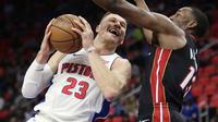 Blake Griffin mencoba memasukkan bola saat Pistons melawan Heat (AP)