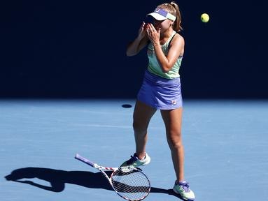 Petenis AS, Sofia Kenin melepas raketnya usai mengalahkan Ashleigh Barty dari Australia pada semifinal kejuaraan tenis Australia Terbuka 2020 di Melbourne, Australia, Kamis, (30/1/2020). Sofia Kenin menang dengan skor 7-6 dan 7-5. (AP Photo/Andy Wong)