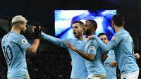 Striker Manchester City, Sergio Aguero (kiri) bersama rekan-rekannya merayakan gol ke gawang Arsenal pada Premier League di Stadion Etihad, Manchester, Inggris, Minggu (3/2). Aguero mencetak tiga gol. (PAUL ELLIS/AFP)