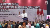 Presiden Joko Widodo memberi sambutan saat menyalurkan bantuan sosial PKH dan BPNT tahun 2019 di Bogor, Jumat (22/2). Pemerintah memberikan PKH 133.312 keluarga dan BPNT 189.990 keluarga Rp185,5 miliar untuk penerima di Bogor. (Liputan6.com/Angga Yuniar)