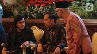 Presiden Joko Widodo berdiskusi dengan Wakil Presiden Ma'ruf Amin dan Menkeu Sri Mulyani saat acara penyerahan Daftar Isian Pelaksanaan Anggaran (DIPA) dan Daftar Alokasi Transfer Daerah serta Dana Desa  Tahun 2020 di Istana Negara, Jakarta, Kamis (14/11/2019). (Liputan6.com/Angga Yuniar)