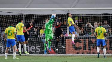 Bek Peru Luis Abram (tiga kanan) mencetak gol lewat sundulan kepala saat menghadapi Brasil dalam laga persahabatan di Los Angeles Memorial Coliseum, California, Amerika Serikat, Selasa (10/9/2019). Peru menang 1-0 atas Brasil. (AP Photo/Marcio Jose Sanchez)