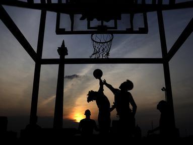 Sejumlah warga bermain basket di kawasan Monas, Jakarta, Jumat (11/10). Kawasan Monas menjadi pilihan warga Jakarta dan pekerja ibu kota untuk berolahraga sore. (Bola.com/Yoppy Renato)