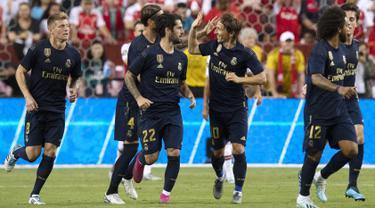 Para pemain Real Madrid berselebrasi usai mengalahkan Arsenal pada pertandingan International Champions Cup (ICC) 2019 di FedExField, Landover, Maryland (24/7/2019). Madrid menang adu penalti atas Arsenal 3-2 (2-2). (AFP Photo/Jim Watson)