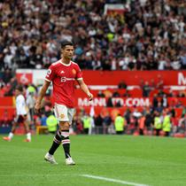 Striker Manchester United atau MU Cristiano Ronaldo meninggalkan lapangan setelah laga melawan Aston Villa pada match day keenam Liga Inggris di Old Trafford, Sabtu, 25 September 2021. (Paul ELLIS / AFP)