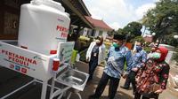 Wali Kota Bandung, Oded M. Danial menerima CSR dari PT Pertamina Persero berupa 12 unit tempat cuci tangan (wastafel portable) kepada Pemerintah Kota (Pemkot) Bandung di Pendopo Kota Bandung, Jln. Dalem Kaum, Bandung, Jumat (3/4/2020). (sumber foto : Humas Pemkot Bandung)