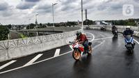 Pengendara sepeda motor melintasi jalan layang atau flyover Tanjung Barat, Jakarta, Minggu (31/1/2021). Pemprov DKI Jakarta melalui Dinas Bina Marga melakukan uji coba dua flyover tapal kuda, yakni Tanjung Barat dan Lenteng Agung. (merdeka.com/Iqbal S. Nugroho)