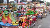 Aneka mainan tradisional dijajakan di Palembang untuk menyambut peringatan Hari Kemerdekaan 17 Agustus 1945. (Liputan6.com/Nefri Inge)