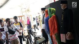 Pengunjung melihat-lihat sepeda onthel yang dipajang di Museum Betawi, kawasan Setu Babakan, Jakarta, Minggu (23/6/2019). Dalam rangka perayaan HUT ke-492 Jakarta beragam acara kebudayaan khas betawi digelar di kawasan Setu Babakan, Jakarta. (Liputan6.com/Helmi Fithriansyah)