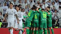 Para pemain Real Sociedad merayakan gol di depan para pendukung Real Madrid. Real Sociedad menang 4-3 atas Real Madrid di laga perempat final Copa del Rey yang digelar di Santiago Bernabeu, Jumat (7/2/2020) dini hari WIB. (Javier Soriano/AFP)