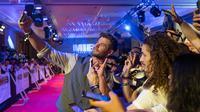 Aktor Chris Hemsworth berswafoto dengan penggemar saat acara Men in Black: International Pan-Asian Media Summit Bali di Denpasar, Senin (27/5/2019). Kegiatan itu merupakan rangkaian promo film terbaru yang rencananya akan dirilis pada Juli mendatang. (ANTHONY KWAN/GETTY IMAGES NORTH AMERICA/AFP)