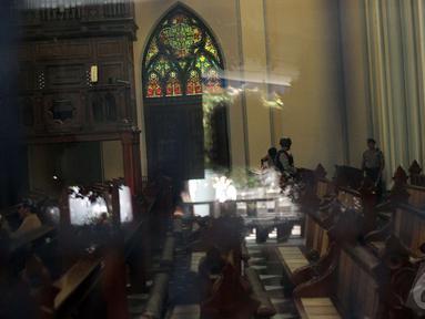 Jelang Misa malam Natal 2014, Polda Metro Jaya  melakukan penyisiran di Gereja Katedral, Jakarta, Rabu (24/12/2014). (Liputan6.com/Faizal Fanani)