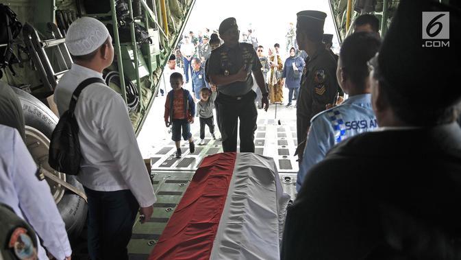 Keluarga dan kerabat saat ikut mengantarkan Jenderal TNI (Purn) George Toisutta menuju Makassar  di dalam pesawat Hercules di Lanud Halim Perdanakusuma, Jakarta, Rabu (12/6/2019). (merdeka.com/Iqbal S. Nugroho)
