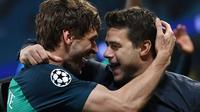 Fernando Llorente dan Mauricio Pochettino berpelukan merayakan keberhasilan ke semifinal Liga Champions setelah menyingkirkan Manchester City, Kamis dini hari WIB (18/4/2019). (AFP/Anthony Devlin)