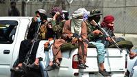 Pasukan Taliban berjaga di luar Bandara Internasional Hamid Karzai, Kabul, Afghanistan, 31 Agustus 2021. Taliban menguasai Bandara Kabul setelah Amerika Serikat menarik semua pasukannya dari Afghanistan. (WAKIL KOHSAR/AFP)