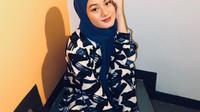 Pashmina ala Dinda Hauw (Instagram @dindahw)