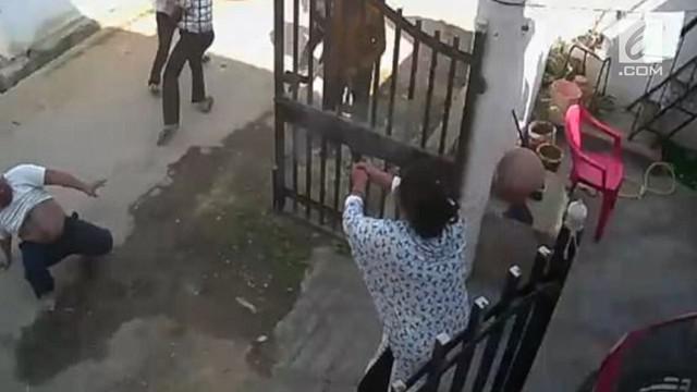 Para preman yang mengeroyok sang suami kabur karena si ibu menembaki mereka.