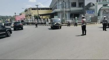 Sejumlah anggota kepolisian polres Garut, Jawa Barat, tengah melakukan upaya penyekatan untuk menghindari penyebaran Covid-19 dalam momen lebaran tahun ini.