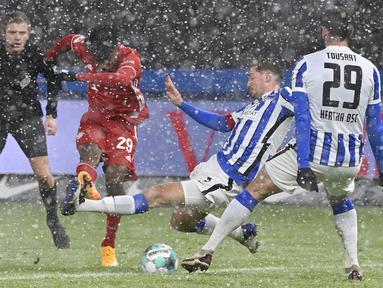 Gol semata wayang Bayern Muenchen diciptakan oleh Kingsley Coman yang mendapat ruang tembak cukup terbuka dari luar kotak penalti. (Foto: AP/Pool/John MacDougall)