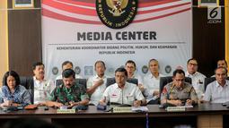 Menko Polhukam Wiranto (tengah) bersama Panglima TNI Marsekal Hadi Tjahjanto (kedua kiri) dan Kapolri Tito Karnavian (kedua kanan) memberi keterangan usai rapat koordinasi tertutup di Kantor Kemenko Polhukam, Jakarta, Selasa (24/9/2019). Ada tiga isu nasional yang dibahas dalam rapat tersebut. (Lipu