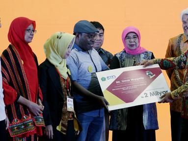 Wakil Ketua DPD Nono Sampono (kanan) memberikan beasiswa kepada guru berprestasi saat pembukaan Festival Beasiswa Nusantara di Jakarta, Minggu (25/11). Festival ini dalam rangka Hari Pahlawan dan HUT ke-14 DPD. (Liputan6.com/JohanTallo)