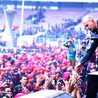 Penampilan Ahmad Dhani di konser May Day, diwarnai aksi bunuh diri.