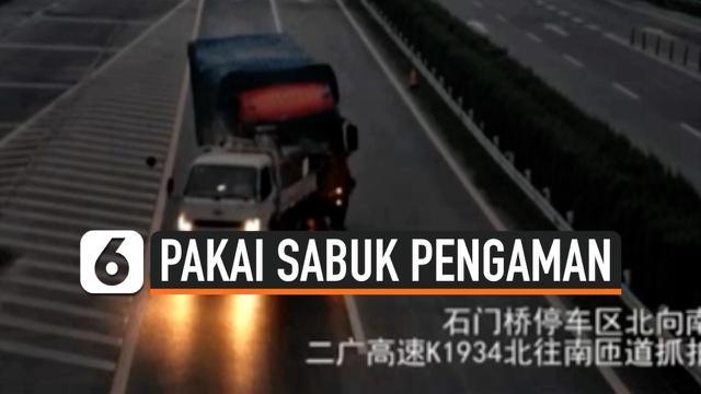 thumbnail penumpang truk terlempar keluar
