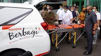 Sebagai bentuk kepedulian menghadapi pandemi Corona Covid-19, Toyota Indonesia mendonasikan Kijang Innova ambulance dan ribuan Alat Pelindung Diri (APD) kepada Pemerintah Daerah (Pemda) Karawang.