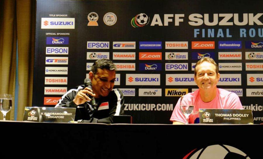 V. Sundramoorthy (pelatih timnas Singapura) dan Thomas Dooley (pelatih timnas Filipina). Kedua pelatih itu tak masalah timnya dianggap underdog di Grup A Piala AFF 2016. (Bola.com/AFF Suzuki Cup)