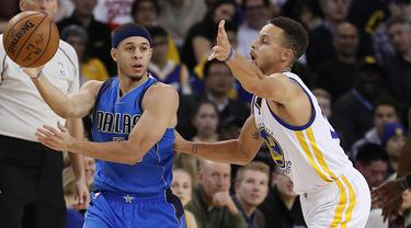 Pemain Dallas Mavericks, Seth Curry (kiri) mencoba melewati hadangan pemain Warriors, Stephen Curry (kanan) pada laga NBA basketball game  di Oakland, California, (30/12/2016). Warriors menang 108-99. (AP/Tony Avelar)